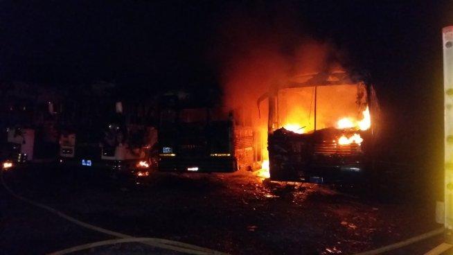 Incendio consume 4 buses en Tejutepeque