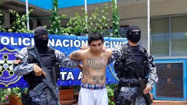 Peligroso cabecilla de pandillas es entregado a las autoridades salvadoreñas