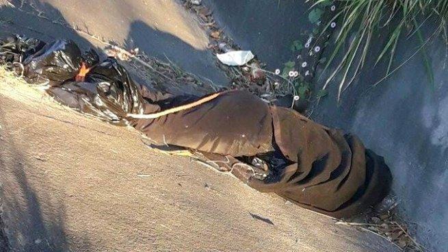 Encuentran el cadáver de un pandillero atado de pies y manos en carretera de Oro