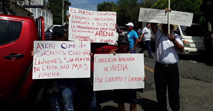 Organizaciones se concentran frente al TSE para solicitar la cancelación del partido ARENA