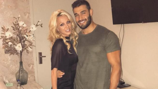 Britney Spears toca la parte íntima de su novio en pleno concierto