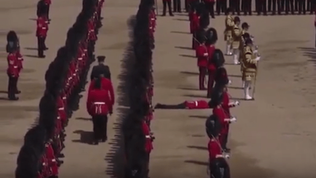 Guardia se desmaya en plena ceremonia por el cumpleaños de la Reina Isabel II