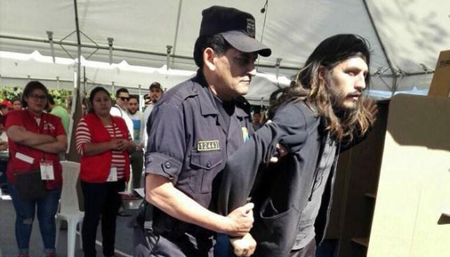 """Policía arresta al """"come papeletas"""" cuando se disponía a votar"""