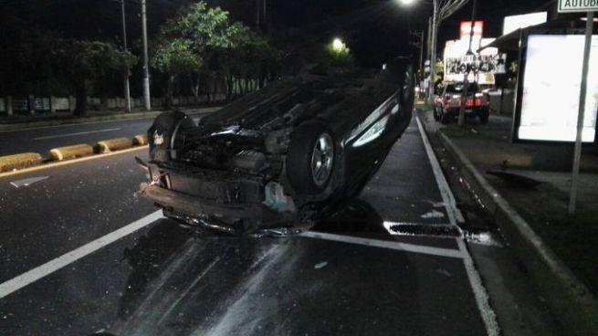 Vehículo quedado volcado tras accidentarse sobre colonia Escalón