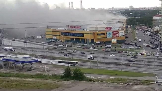 Incendio consume un centro comercial en Moscú, Rusia