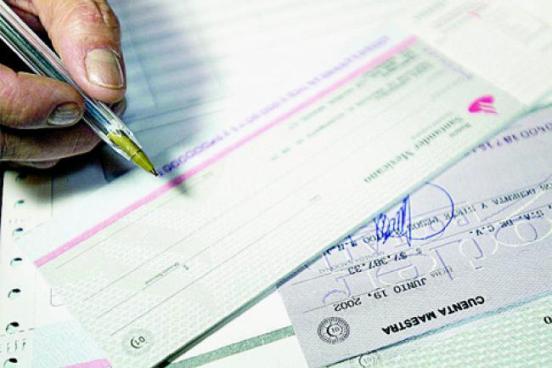 Caen por falsificar y cobrar cheques de otros empleados