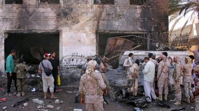 Coche bomba explota frente a cuartel en Yemen