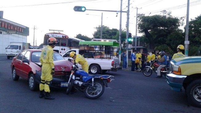 Accidente de tránsito sobre calle 5 de noviembre deja a un motociclista lesionado
