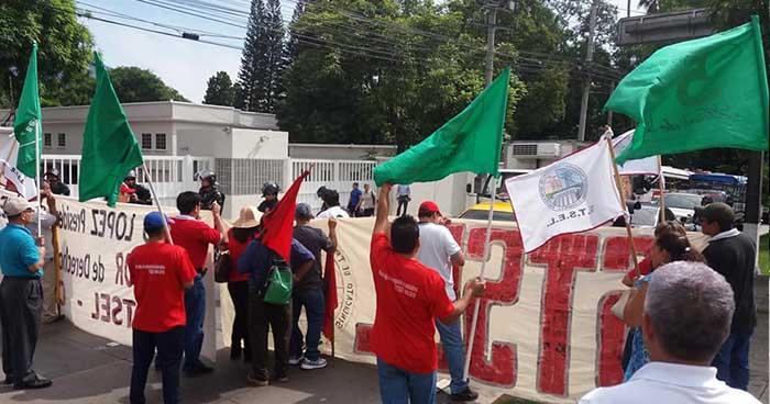 Cierran el paso de la Alameda Manuel Enrique Araujo y piden la destitución del presidente de CEL