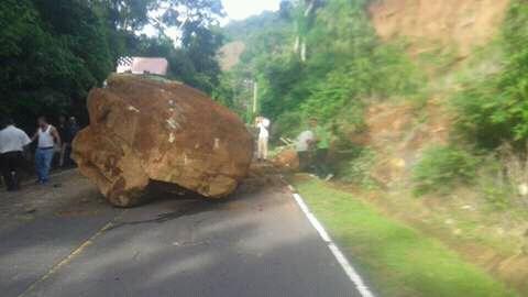 Enorme roca cae y obstaculiza el paso de una carretera en el departamento de La Paz