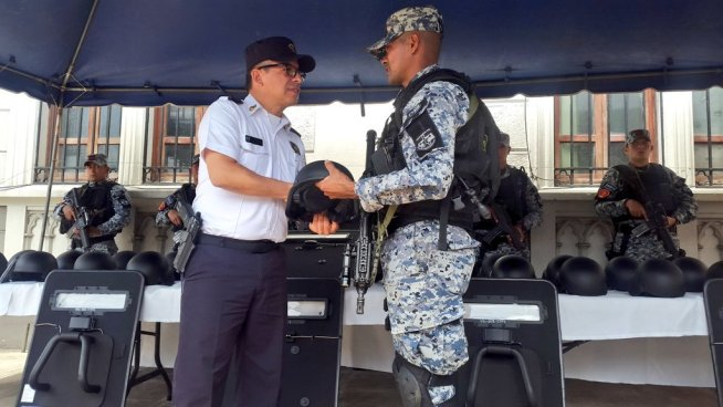 Director de la PNC entrega equipo a unidades élites de la corporación