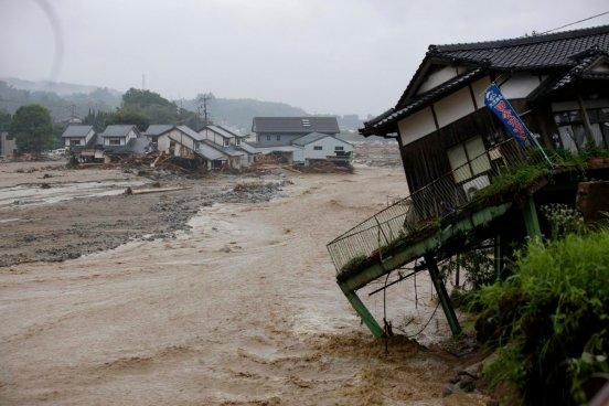 Dos personas fallecidas y 20 más desaparecidas por las inundaciones en Japón