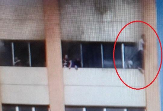 Empleados de Hacienda buscan desesperados salir por las ventanas del edificio en llamas