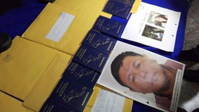Arrestan a dos estafadores que vendían visas estadounidenses en $5 mil