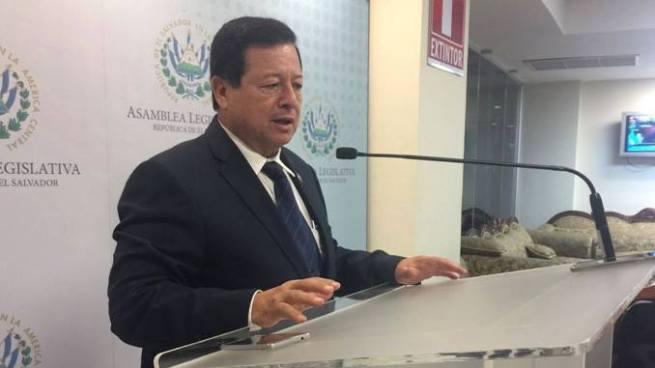 """Diputado Almendáriz: """"Poco se puede hacer para proteger a los policías por la vía del decreto"""""""