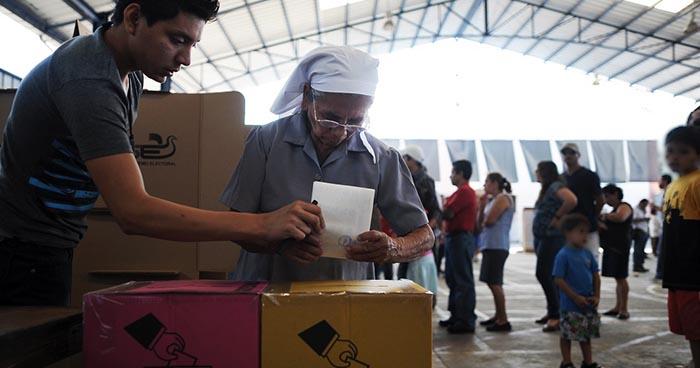 ARENA, FMLN y PCN se negaron a poner rostros de candidatos presidenciales en papeletas de votación