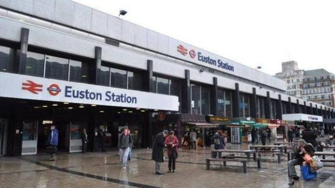 """Cierran estación de tren en Londres tras alerta por """"paquete sospechoso"""""""