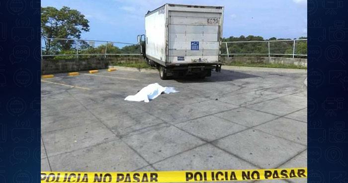 Hombre muere al pasarle un camión que reparaba encima en Olocuilta