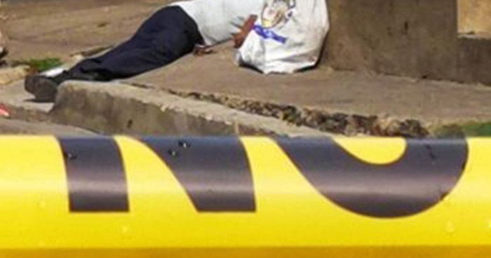 Hombre muere de manera misteriosa frente a un colegio en Zacatecoluca
