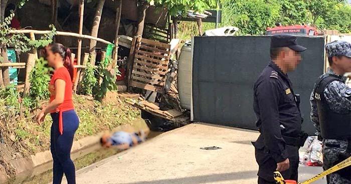 Hombre pierde la vida tras ser embestido por un camión que era asaltado en la carretera a Quezaltepeque