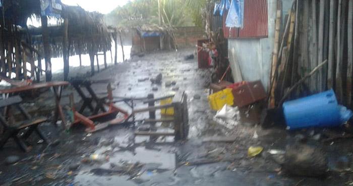Fuerte oleaje daña varios negocios en playa El Sunzal de La Libertad