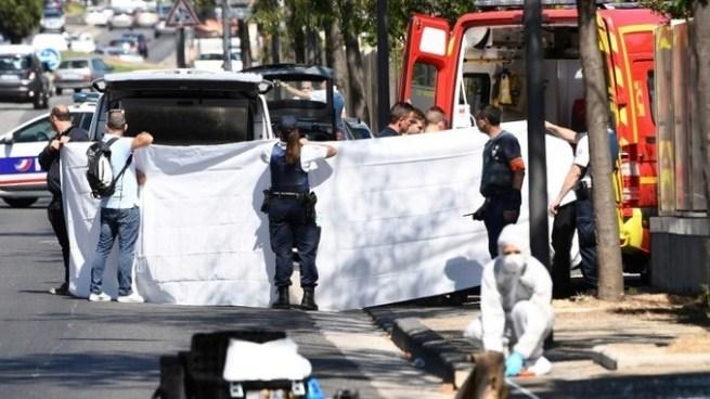 Vehículo embiste dos paradas de autobús dejando un muerto y un herido en Francia