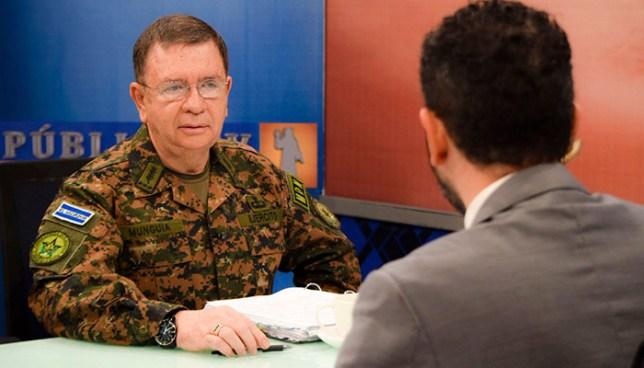 Ministro de defensa asegura que uniformes militares son comercializados en un mercado de San Salvador