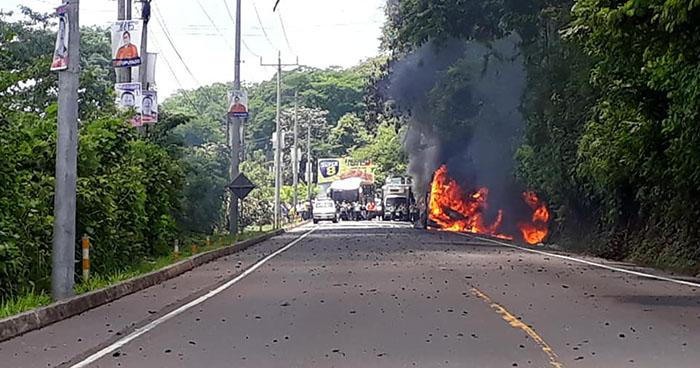 Se incendia bus interdepartamental en el municipio de El Triunfo, Usulután