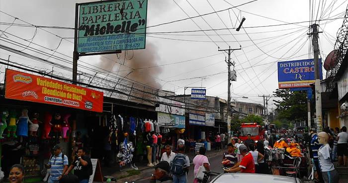 Incendio consume bodega con zapatos y ropa en un local comercial de Apopa