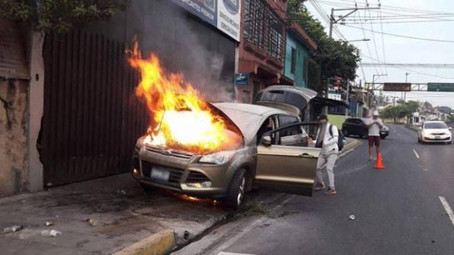 Camioneta se prende en llamas sobre el bulevar Venezuela en la capital
