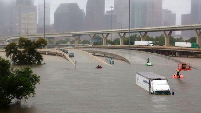 El paso de Harvey causa inundaciones devastadoras en Houston, Estados Unidos