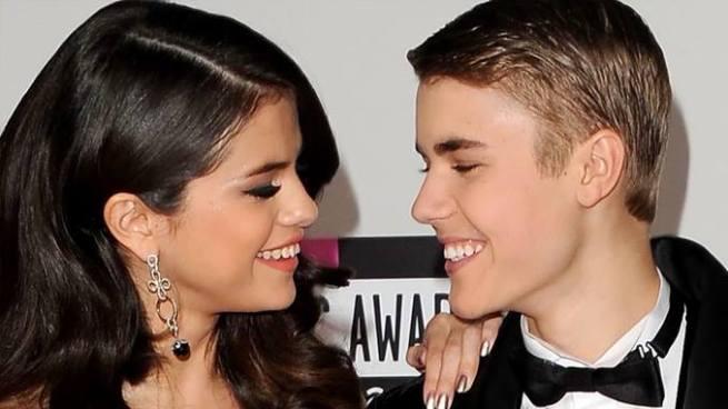 Beso de Selena Gómez con Justin Bieber confirma su regreso