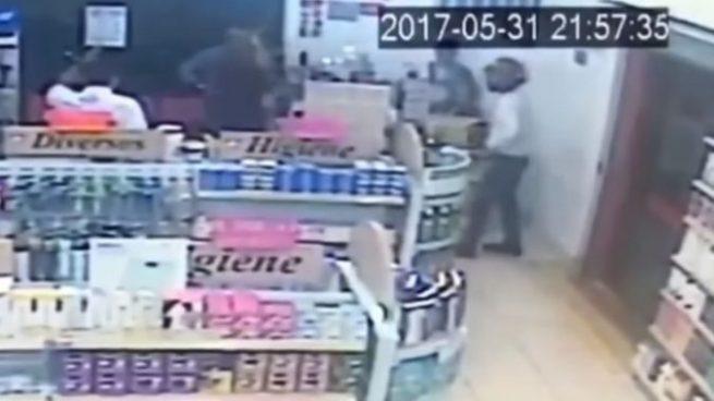 Muere asaltante al intentar robar una farmacia en donde todos los clientes eran policías