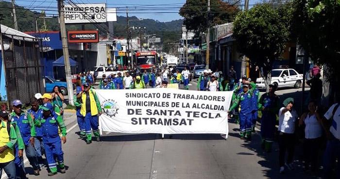 Empleados de la alcaldía de Santa Tecla realizan marcha en respaldo a trabajadores despedidos