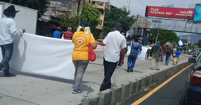 Veteranos de guerra marchan por las calles de San Salvador hacia la Asamblea Legislativa