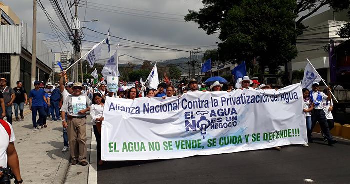 Organizaciones marchan hacia el Salvador del Mundo en protesta por la posible privatización del agua