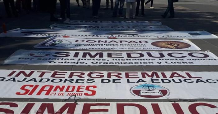 Maestros realizan marcha por las calles de San Salvador para exigir una pensión digna