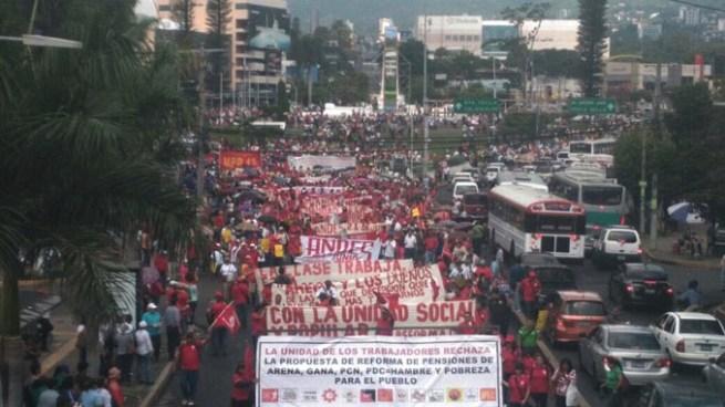 Marchan hacia la Asamblea Legislativa para exigir expulsión de las AFP