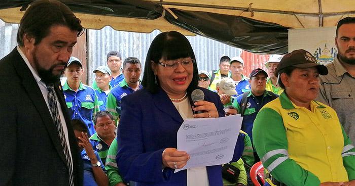 Ministra de Trabajo pide a alcalde de Santa Tecla reinstalar a empleados despedidos