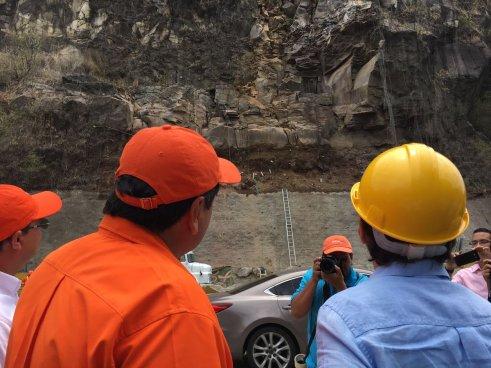 Ministro de Obras Públicas y autoridades del FOVIAL inspeccionan zona de Los Chorros