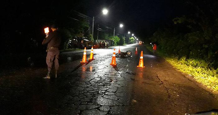 Motociclista muere tras impactarse con la parte trasera de una rastra en Ahuachapán