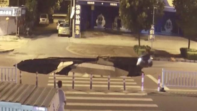 VÍDEO | Motorista cae en una cárcava por ir mirando su celular