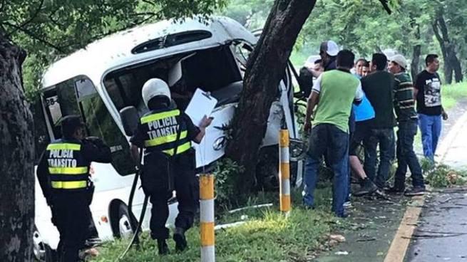 Motorista queda atrapado luego de estrellarse con un árbol en la Carretera a Comalapa