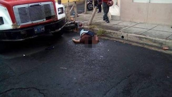 Motociclista muere al ser impactado por un bus tras pasarse un alto en Santa Ana
