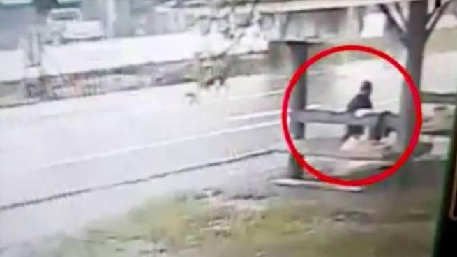 VÍDEO | Mujer es embestida por un vehículo a toda velocidad y sale caminando como si nada