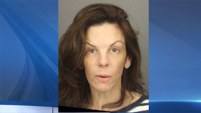 Mujer mata a su esposo con ayuda de su hijo y echa ácido en su cara para que sea difícil identificarlo