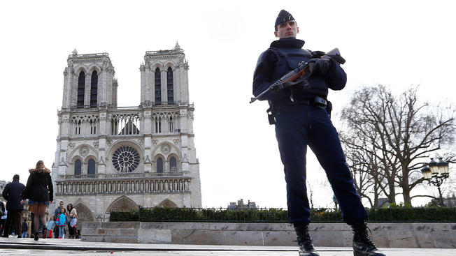 Al menos un policía herido en incidente en catedral de Notre Dame de Paris