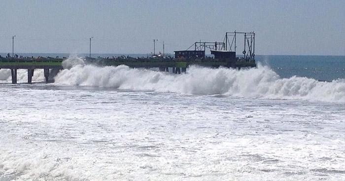 Piden acatar recomendaciones por oleaje que afecta las costas del país