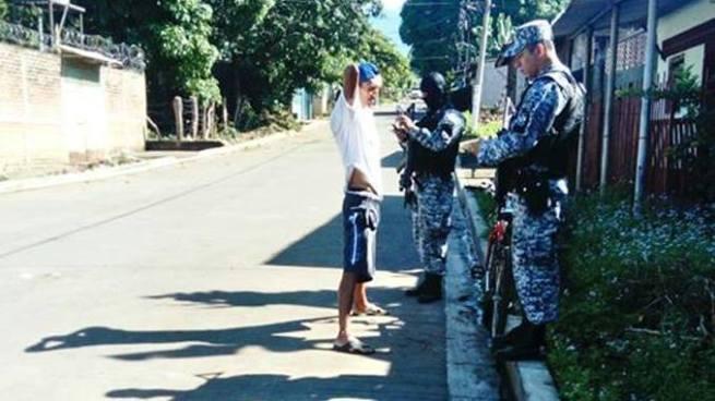 PNC realizó operativo para buscar ilícitos en los alrededores del penal de Izalco
