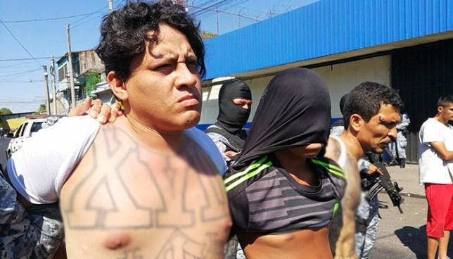 Presentan a pandilleros que fueron encontrados ocultando cadáveres en un río de San Salvador